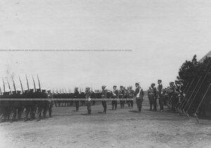 Церемониальный марш 4 батальона мимо императора Николая II и группы генералов.