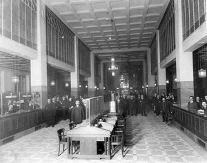 Служащие в одном из залов Азовско-Донского коммерческого банка.