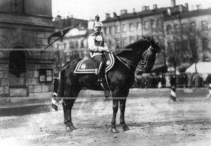 Офицер полка, поручик Евгений Евгеньевич Гедройц на коне.
