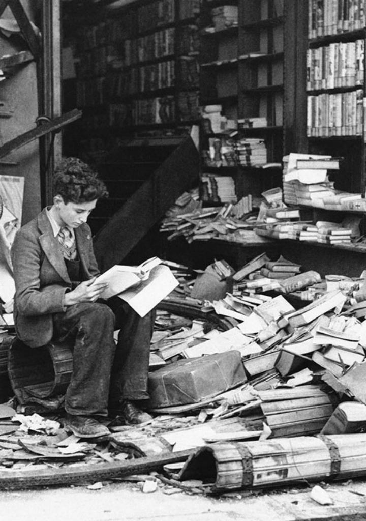 Книжный магазин в Лондоне, разрушенный бомбардировкой, в 1940 году.