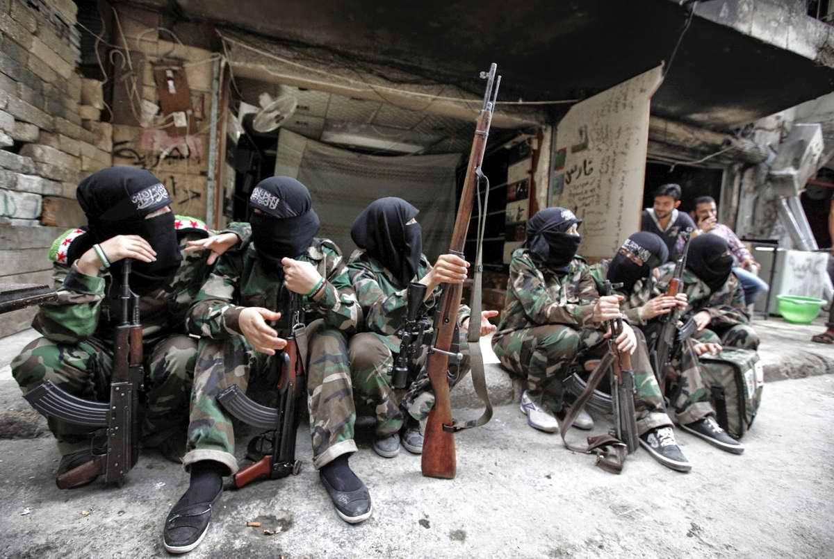 Вооруженные женщины из батальона Mother Aisha на одной из улиц сирийского города Алеппо