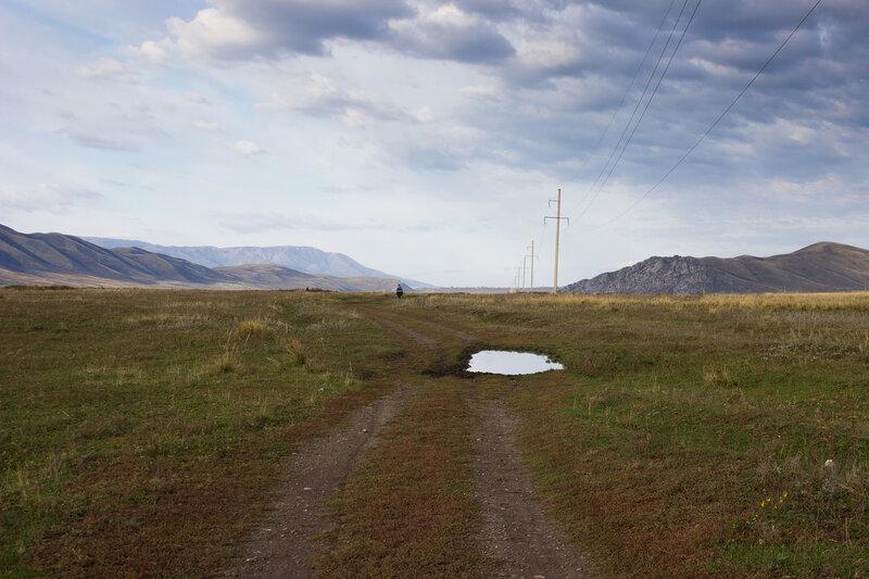 полевая дорога вдоль Нарымского хребта