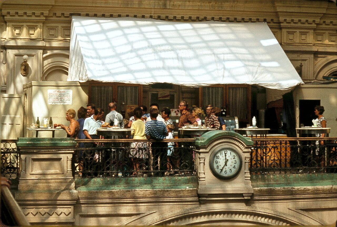 Столовая в ГУМе. Объявление на стене гласит о том, что администрация просит посетителей не выносить из столовой посуду и приборы.
