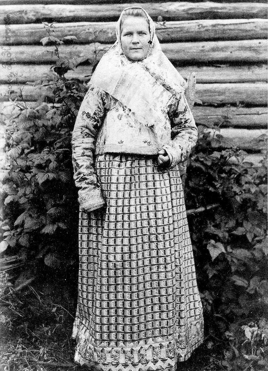 Молодая женщина в праздничном костюме. Костромская губ. 1907 г.