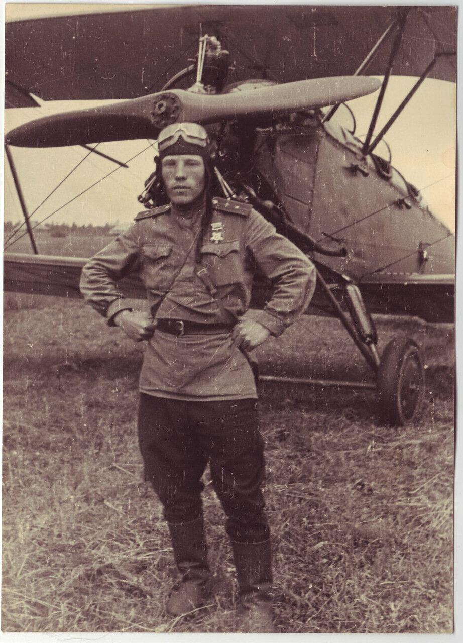 Пилот возле своего самолета