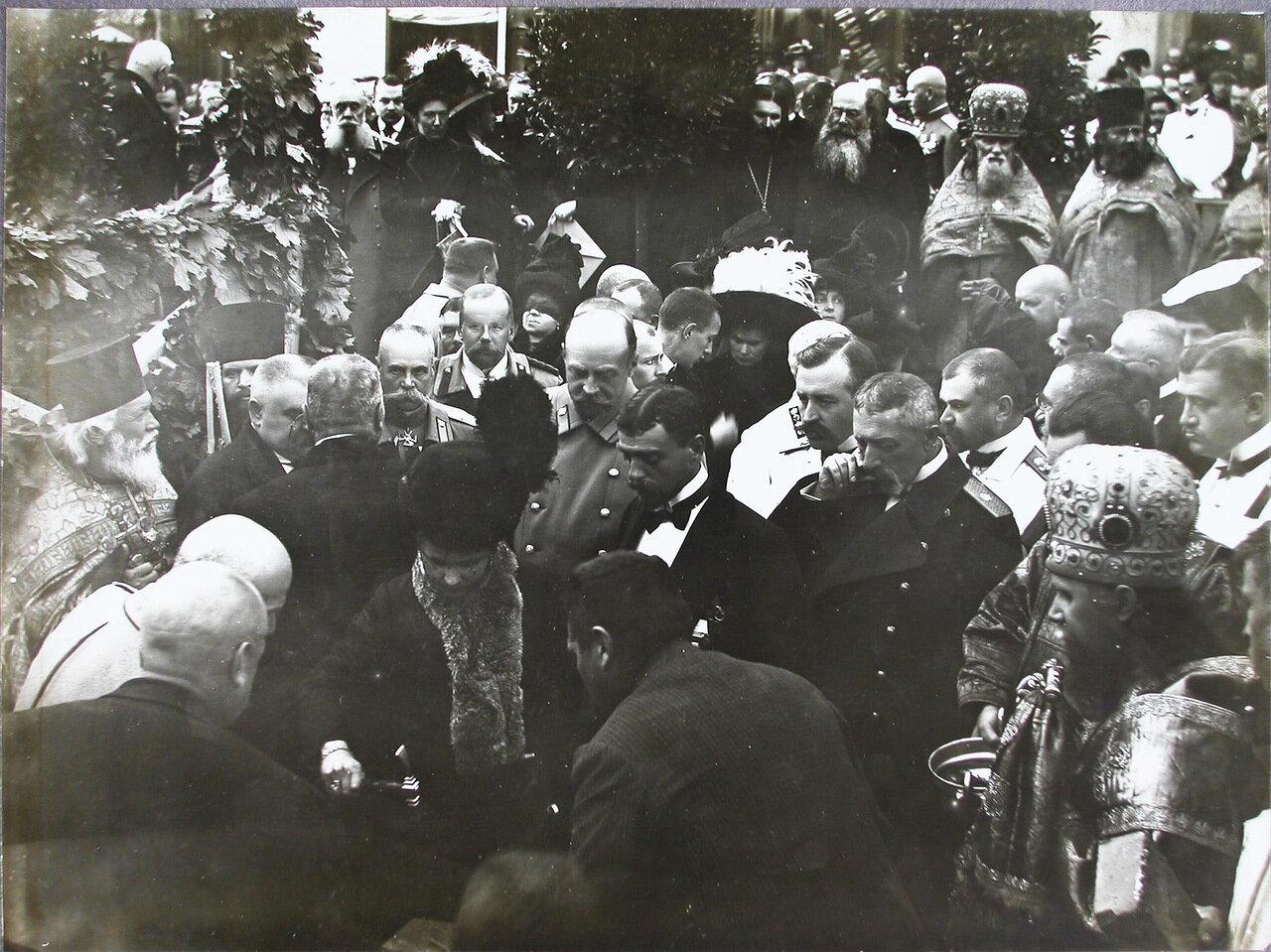 16. Участники торжественной церемонии закладки памятника П. А. Столыпину после окончания молебна