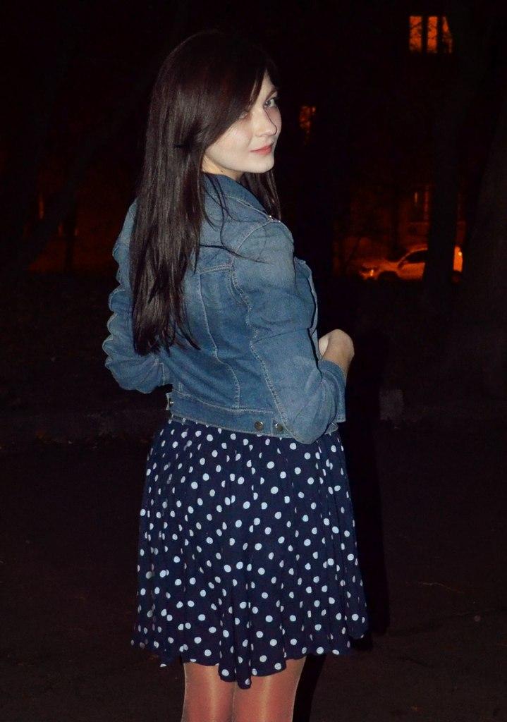 Фото со спины брюнетка в синем платье