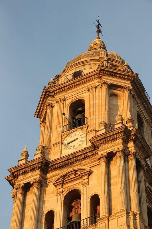 Малага. Кафедральный собор в закатных тонах. Северная башня