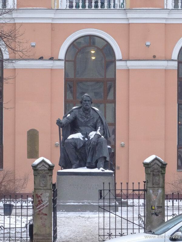 В этом саду установлен памятник Тургеневу.