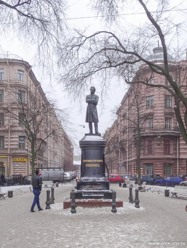 На Пушкинской улице совершенно ожидаемо стоит памятник Пушкину.