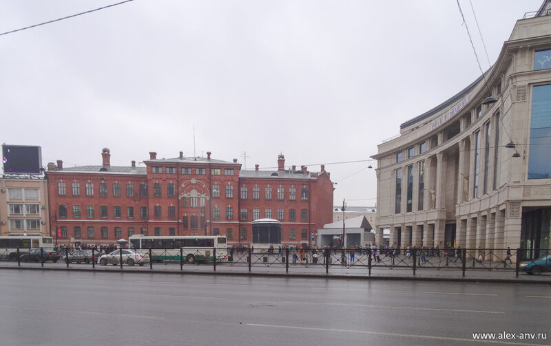 Площадь перед ТРК Галерея.