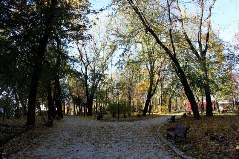 Парковые аллеи перед Кабмином