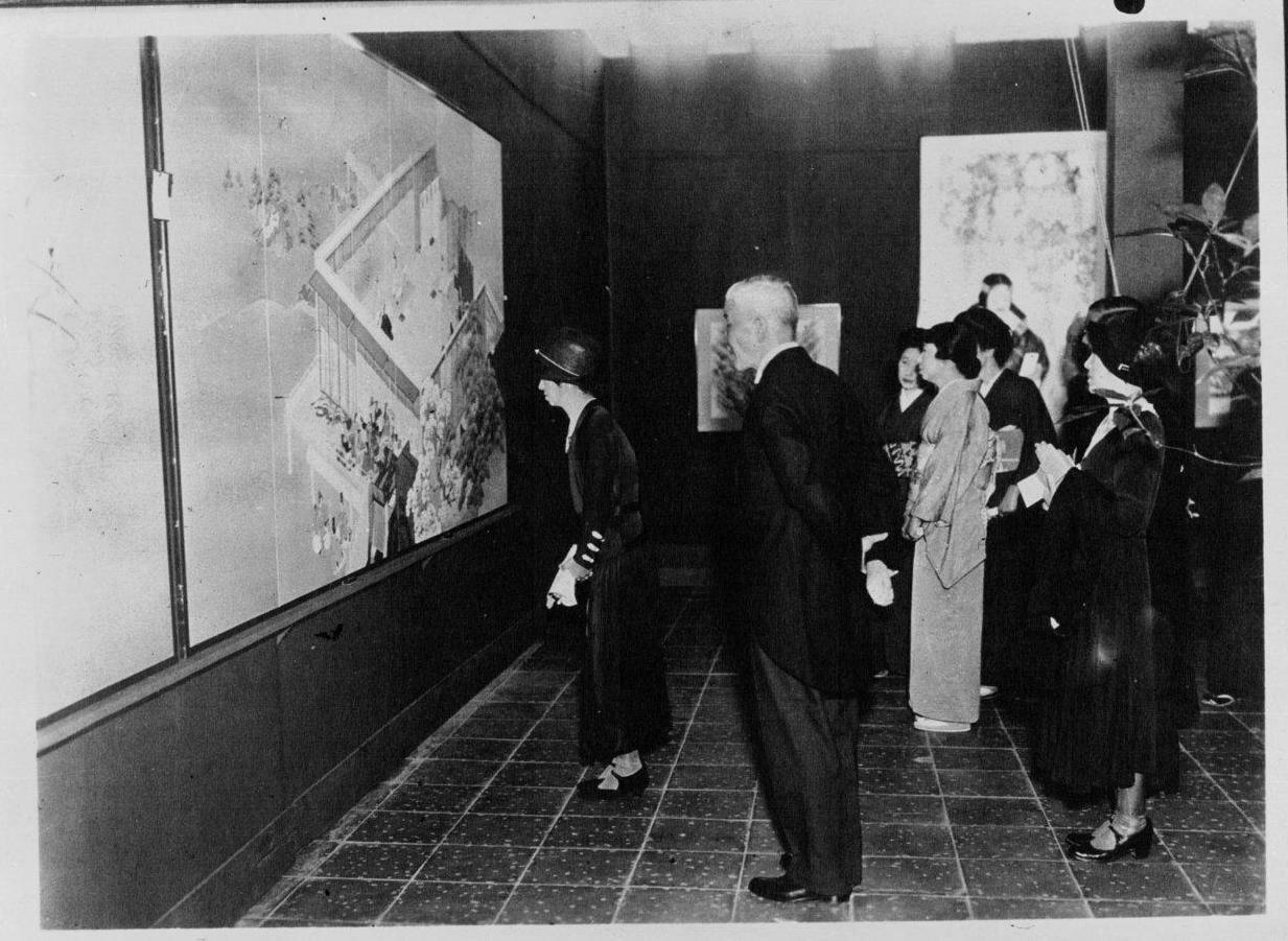 Императрица Японии посещает художественную выставку в Токио