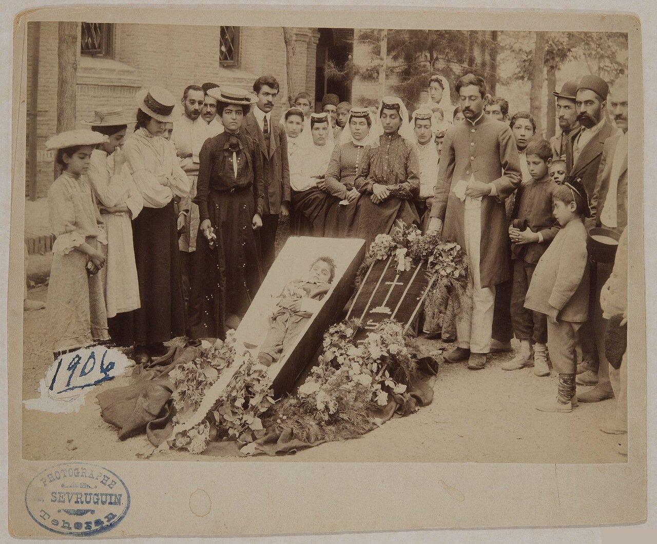 В первом ряду четвертая слева Рипсиме.1906