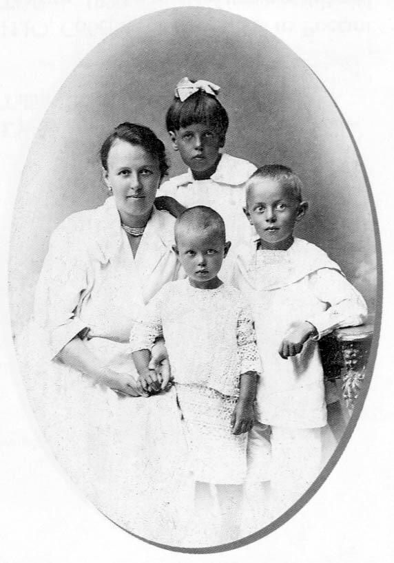1920-е. М.А. Соберег с детьми после отъезда И.Ю. Соберга. Архангельск.