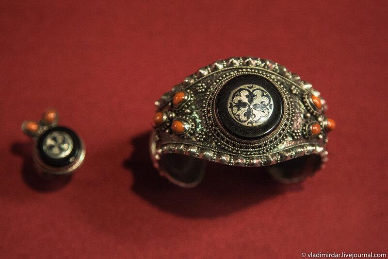 Браслет и кольцо. Манаба Магомедова.1961. Серебро, стекло, альмандин, опал; зернь. Частное собрание.