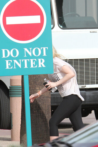 **EXCLUSIVE** Dakota Fanning rushes for her yoga lessons in Los Angeles