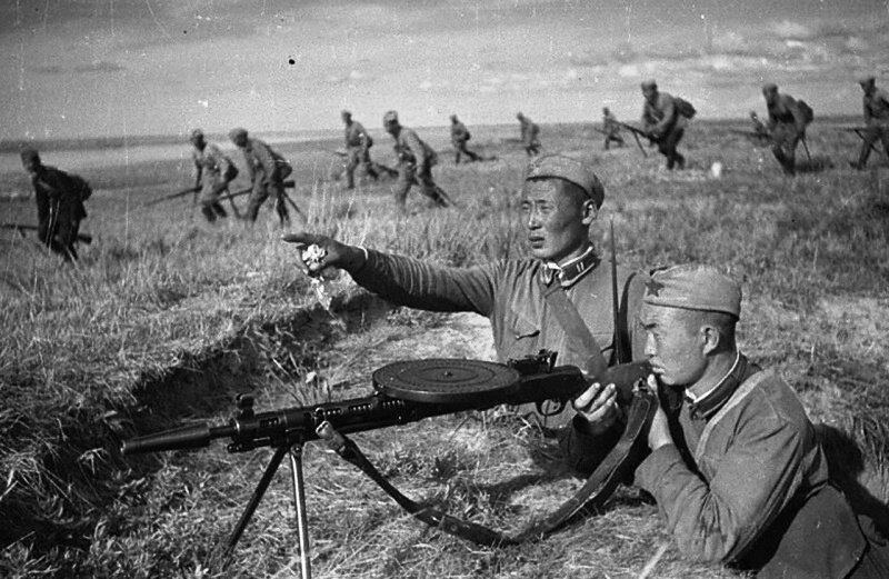 Пулеметчик монгольской Народно-революционной армии прикрывает огнем наступающие войска.