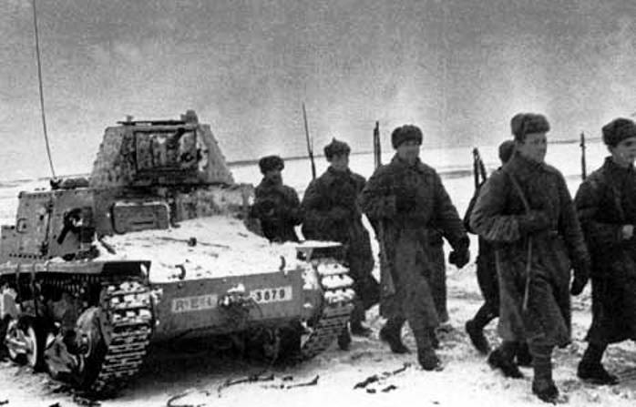 Бойцы Красной Армии проходят мимо трофейного танка L6/40.