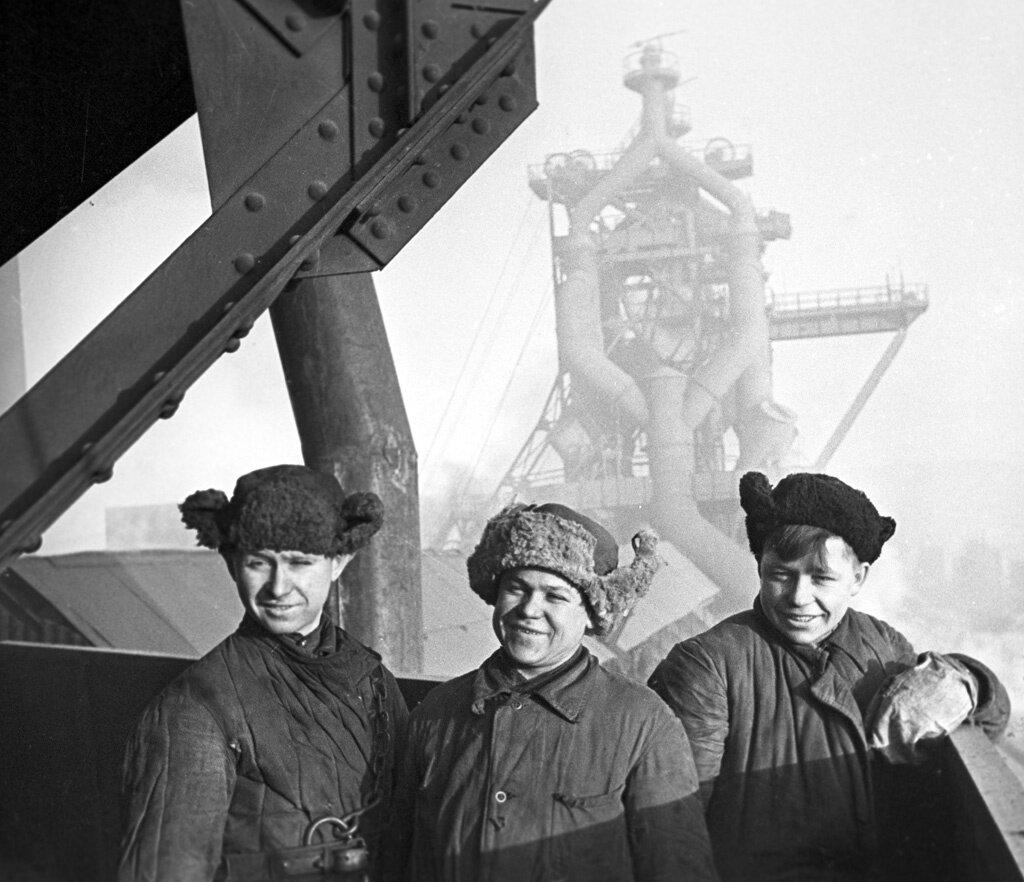 Комсомольцы на стройке шестой домны Магнитогорского металлургического комбината.Фотография 1943 года.