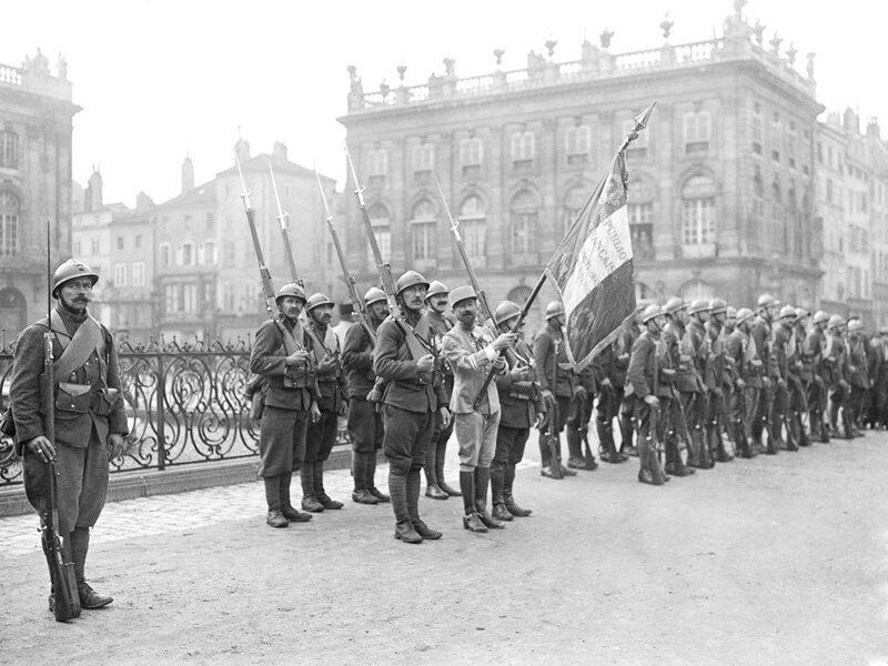 Le drapeau du régiment de Marche de la Légion Etrangère dans lequel servent les Transylvaniens.
