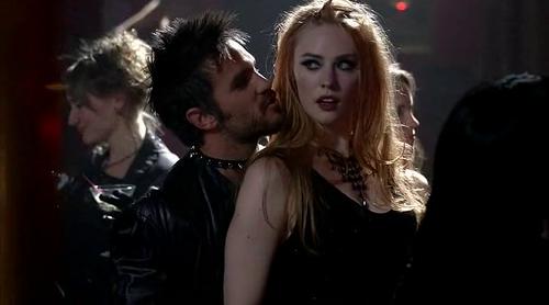 Вампирша сексуально доминирует