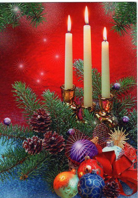 Среди игрушек горят свечи. С Новым годом!