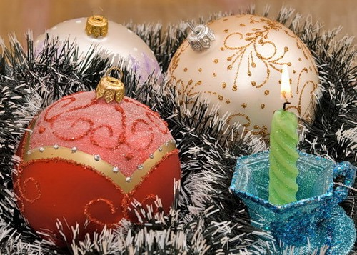 С Новым годом! Разноцветные шары и свеча