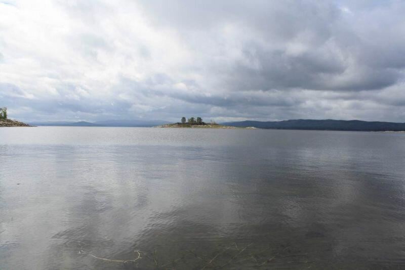 Поверхность водоёма ровная, гладкая (30.05.2013)