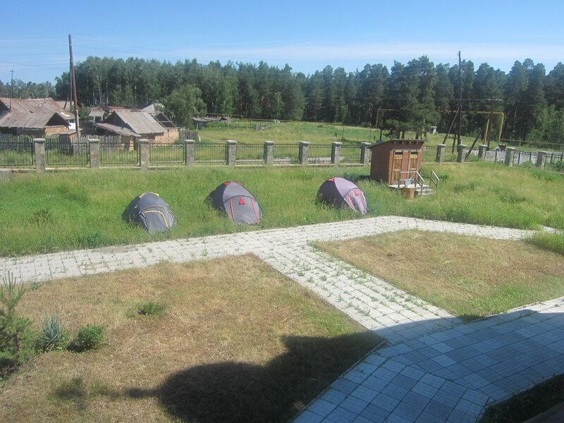 Палатки на территории храма. Не знаю кто там живёт. (25.06.2013)