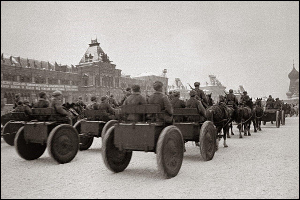 После военного парада 7 ноября 1941 года — на фронт.