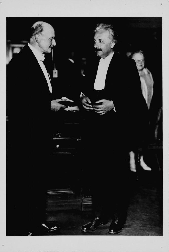 Физик Макс Планк вручает медаль имени Макса Планка Эйнштейну, 1929. Макс Планк стал основоположником