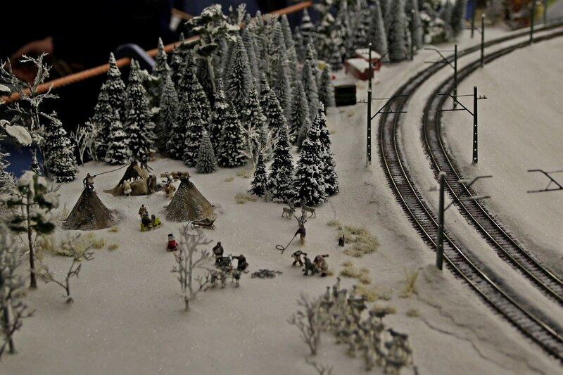 Гранд макет: стоянка чукчей на окраине зимнего леса рядом с железной дорогой. Устанавливают чумы, распрягают оленей из нарт.