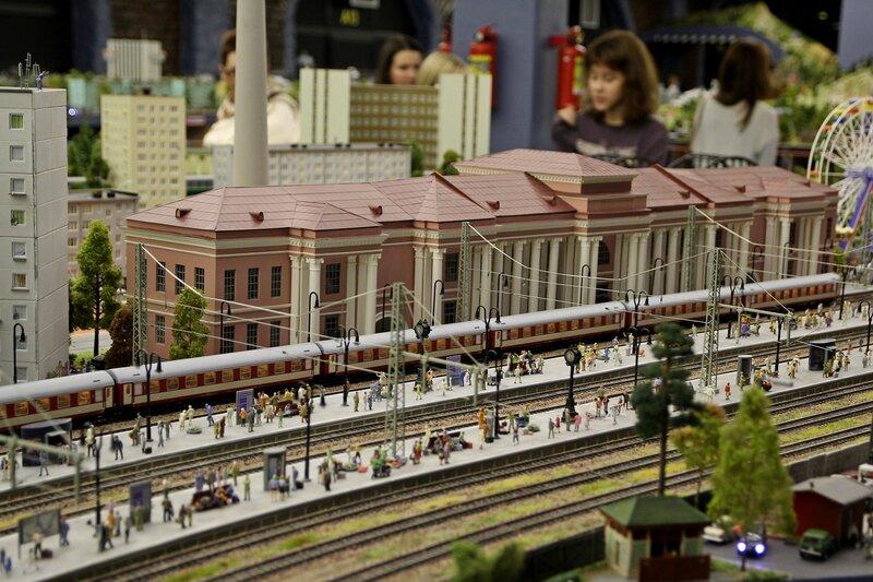 Гранд макет: розовый вокзал, пригородная платформа с пассажирами и электричка на первом пути