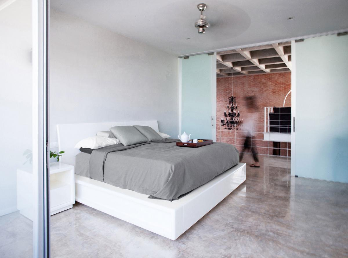 Warm Architects, Cereza 20, дом в Канкуне, частные дома в Мексике, дом-шоурум, кирпичная стена в интерьере, высокий потолок в частном доме, минимализм