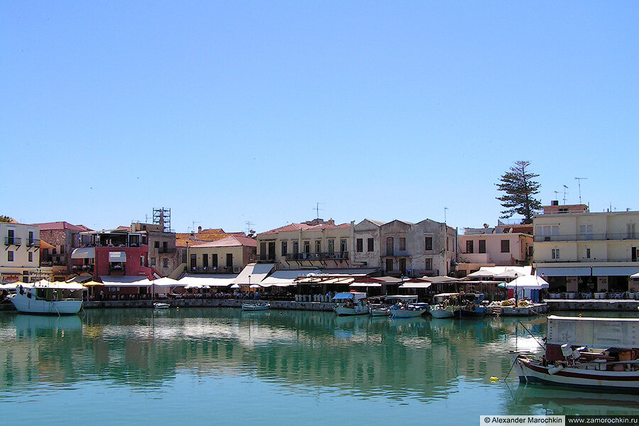 Рыбацие лодки, таверны и старые дома в порту Ретимно