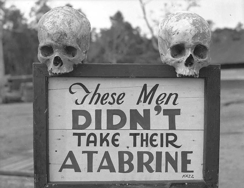 Реклама атебрина – лекарства против малярии – в Папуа – Новая Гвинея во время Второй мировой войны. Надпись на знаке: «Эти парни не приняли свой атебрин».