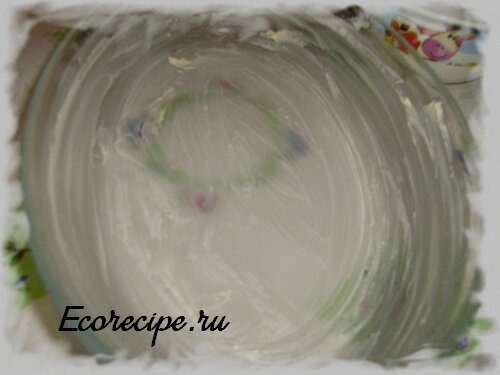 Стеклянный противень, смазанный маргарином для приготовления творожной запеканки в духовке