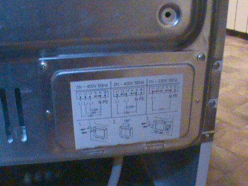 Фото 10. Крышка контактной группы электроплиты. На крыке расположен рисунок с возможными схемами подключения. Рекомендаций по использованию трёхфазной розетки при однофазном подключении там, разумеется, нет.
