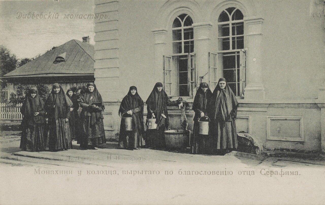 Дивеевский монастырь. Монахиня у колодца, вырытого по благословению отца Серафима