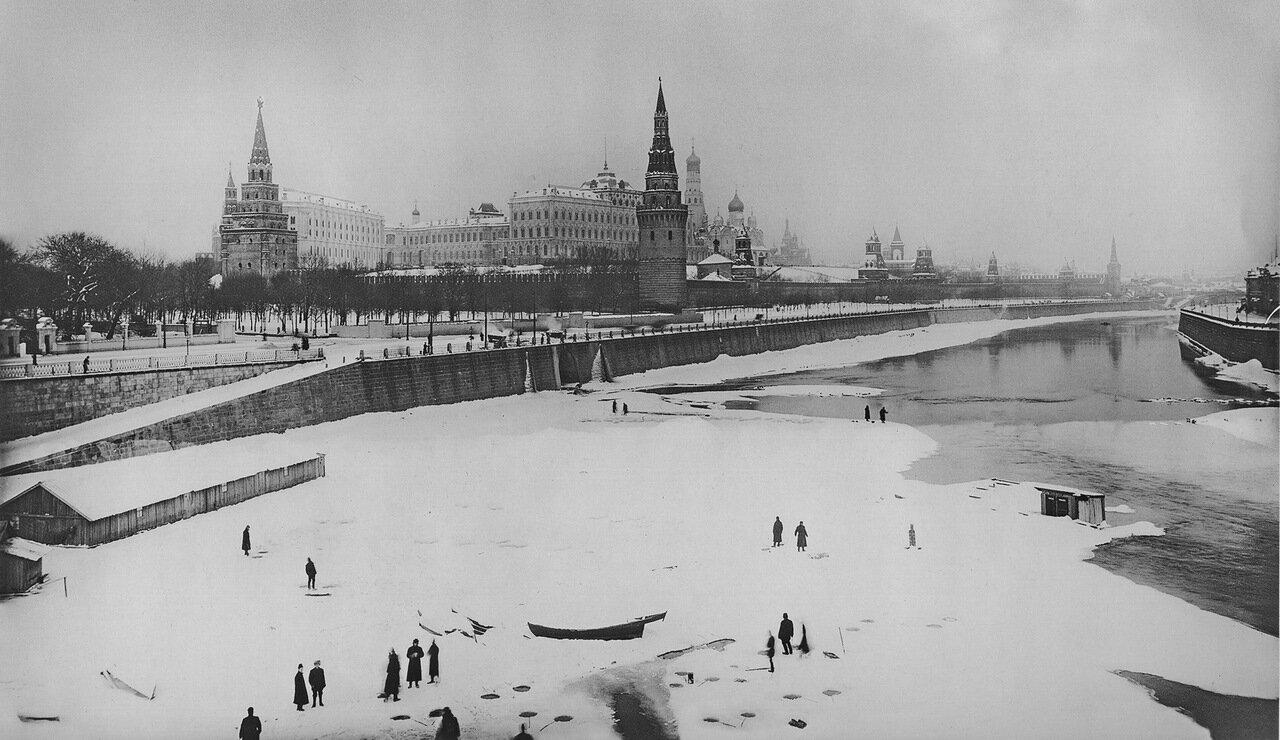 Вид на реку Москва и Кремль с Большого Каменного моста.