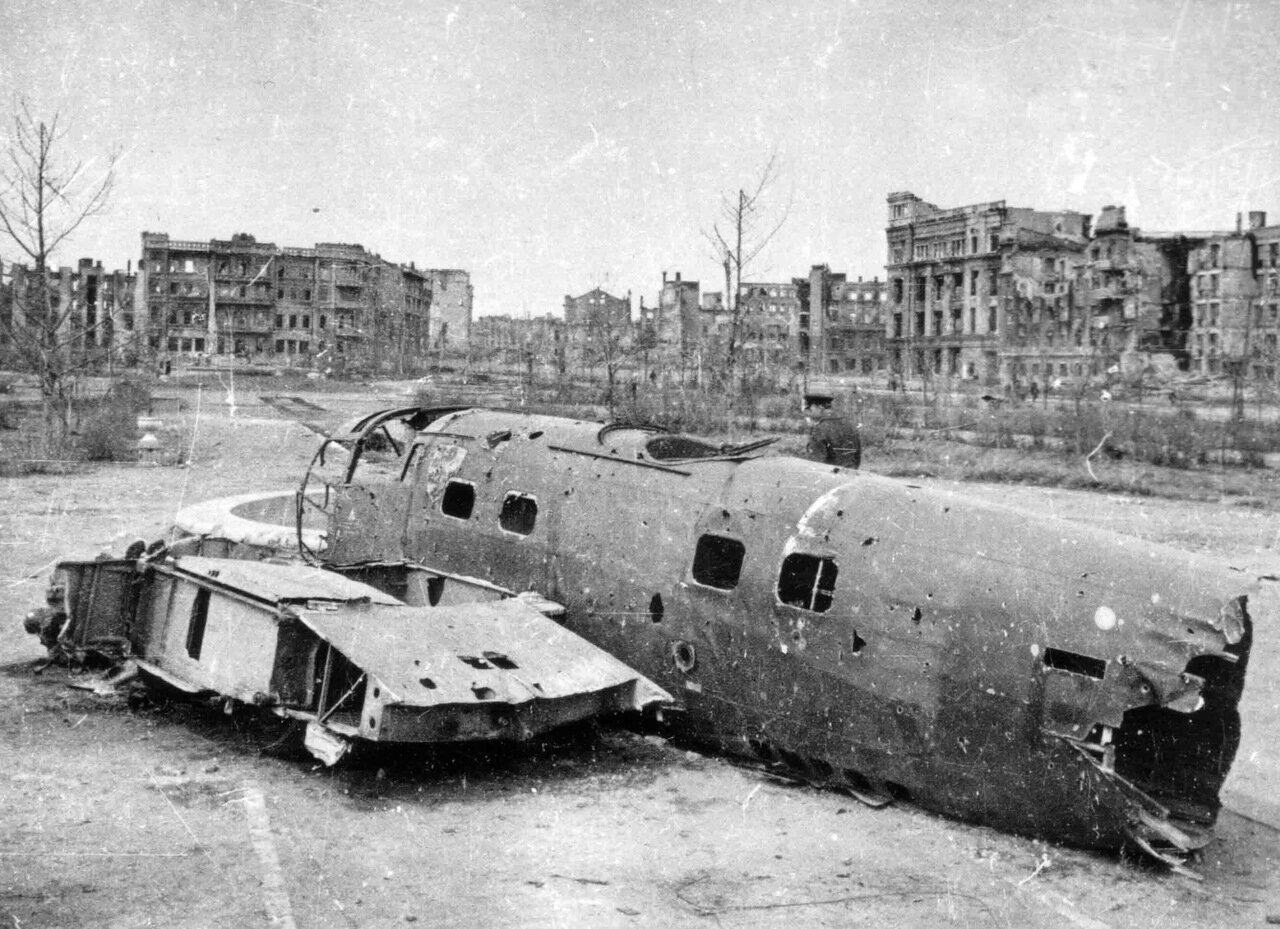 1942. Сталинград, останки немецкого бомбардировщика He-111 среди городских развалин