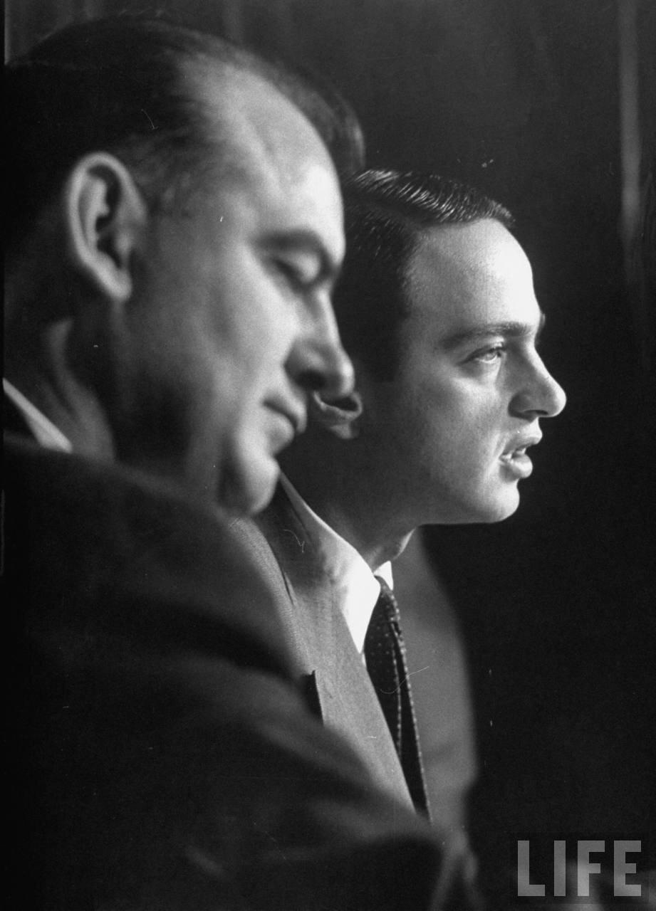 1954. апрель. Сенатор Джозеф Маккарти его помощник адвокат Рой Кон на слушаниях подкомитета по делу о проникновении коммунистов в армию