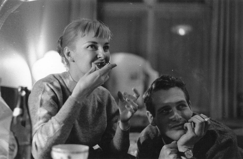 1958. Джоанн Вудворд что-то ест, не отвлекаясь на Пола Ньюмана