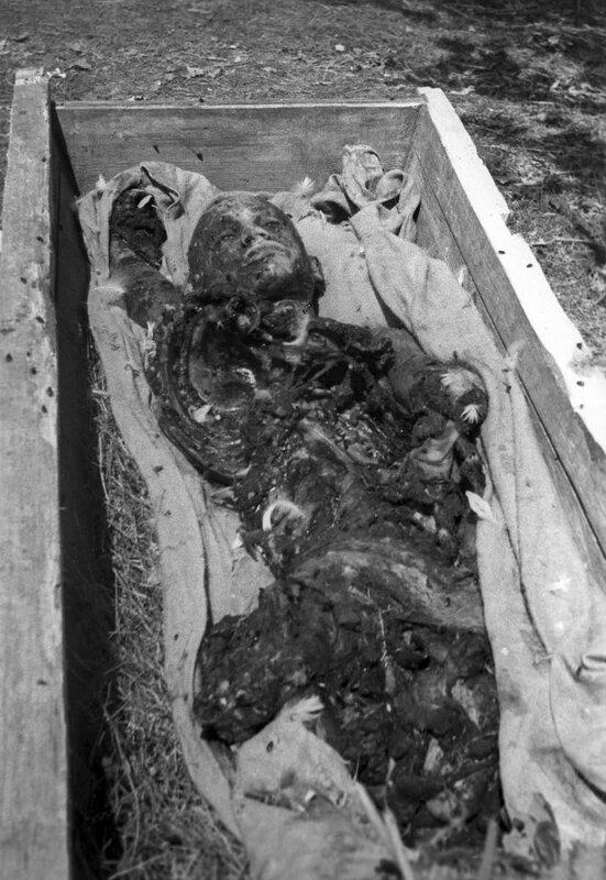 Труп замученного и сожженного гитлеровцами пленного красноармейца
