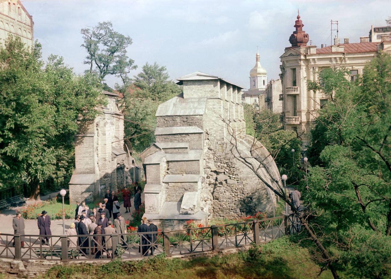 В каком году Н.Грановский сделал цветные фотографии Киева?