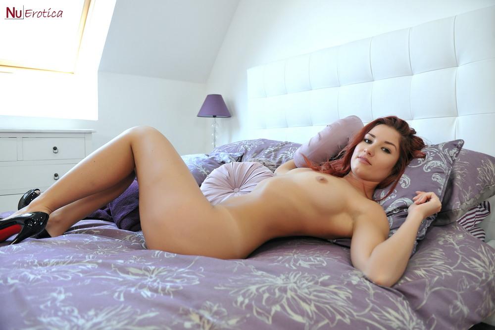 Harley Gacke позирует на кровати