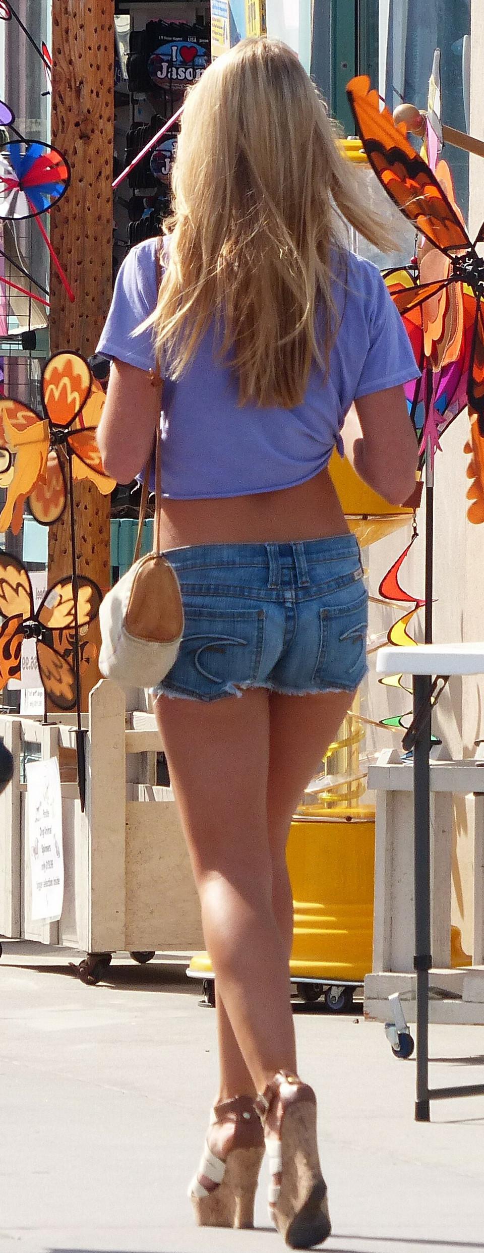 Сексуальные девушки в коротеньких шортиках