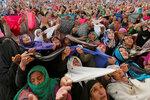Кашмирские женщины молятся на реликвию — волос пророка Мухаммеда во время Меерадж-ун-Наби — праздника, который знаменует собой вознесение пророка на небеса. Святилище Хазратбал в Сринагаре. 25 апреля 2017 года. Фото: Danish Ismail / REUTERS    INDIA-REL