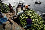 Бангладешские рабочие загружают на лодку арбузы, чтобы отвезти их на оптовый рынок в Дакке, Бангладеш. 27 апреля 2017 года. Фото: Mohammad Ponir Hossain/ REUTERS   BANGLADESH-DAILYLIFE/